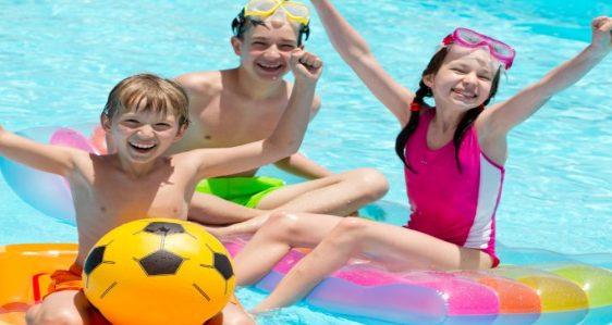 kids-cheering-in-pool